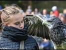 Junge Falknerin