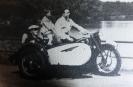 Kleine Spaß in bezug auf Motorräder,habe ein altes Foto abfotografiert,im Beiwagen mein Opa am Steuer mein Vater meine Wenigkeit auf den Sozius,das war 1937.Bitte über die Qualität weg zu schauen.